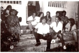 en chemise blanche, de gauche à droite: Pierre Christin, Boby Antoir, Pierre-Louis Mangeard qui admire notre chef à tous